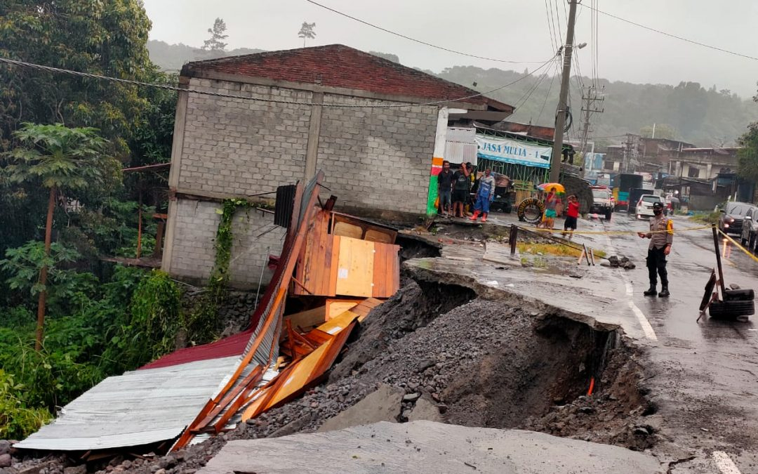 Jalan Bireuen-Takengon Terkikis Akibat Hujan Deras: Satu Unit Ruko Roboh
