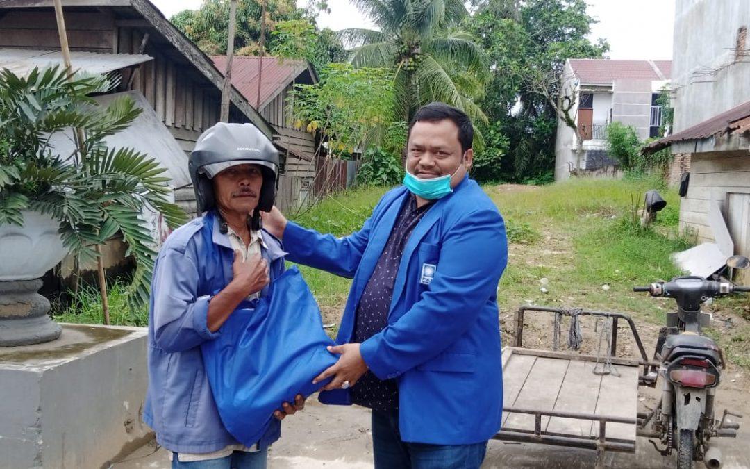 Tolak Pasang Baliho, DPD PAN Aceh Tamiang Bagi Sembako pada Penarik Becak Motor